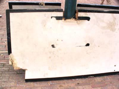 锯下来的篮板,可以看到没擦干净的齿轮油